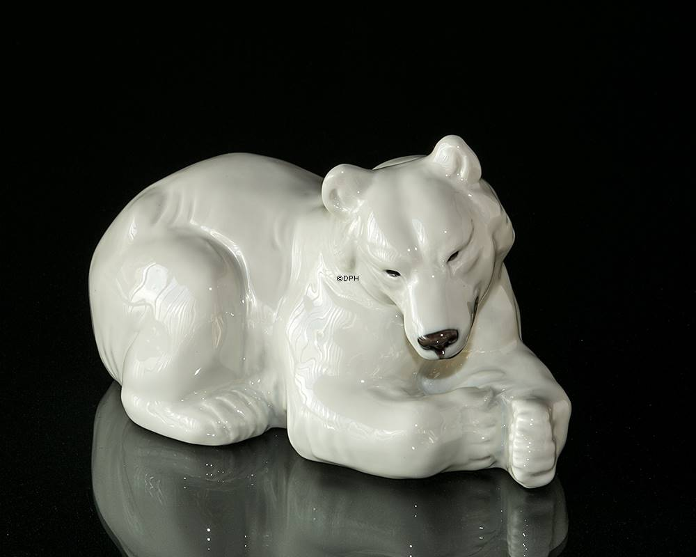 white polar bear lying down resting royal copenhagen figurine no 21520