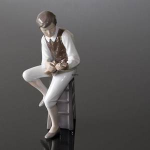 Mandolin Player sitting on a stool, Bing & Grondahl musical figurine No. 1600 | No. B1600 | DPH Trading