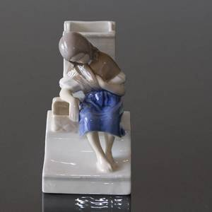 The little Match Girl with match holder, Bing & Grondahl figurine No. 1655 | No. B1655 | DPH Trading