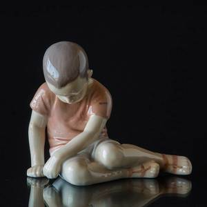 Boy sitting sadly looking at the ground i brown shirt, Bing & Grondahl figurine | No. B1671-1 | DPH Trading