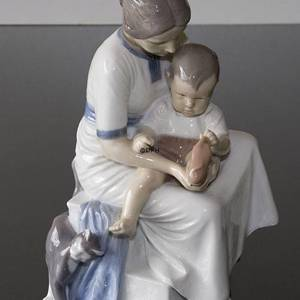 Mother with child taking off sock, Bing & Grondahl figurine | No. B1829 | DPH Trading