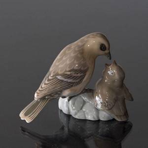 Sparrow feeding its young, Bing & Grondahl bird figurine No. 1869 | No. B1869 | DPH Trading