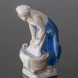 Woman doing the laundry, Bing & Grondahl figurine | No. B2219 | DPH Trading