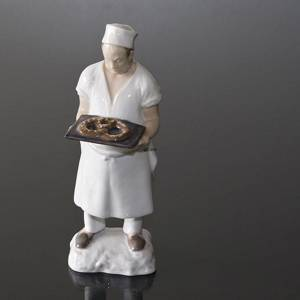 Baker with pretzel ready to be served, Bing & Grondahl figurine No. 2223 | No. B2223 | DPH Trading