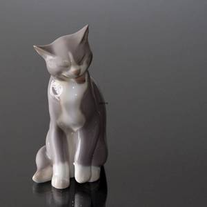Cat sitting and cleaning itself, Bing & Grondahl cat figurine No. 2256 | No. B2256 | Alt. 1249138 | DPH Trading