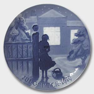 Outside the lighted Window 1919, Bing & Grondahl Christmas plate | Year 1919 | No. BX1919 | Alt. 1902119 | DPH Trading