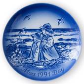 Walking at the beach 1991, Desiree Mother's Day plate Svend Jensen of Denma...