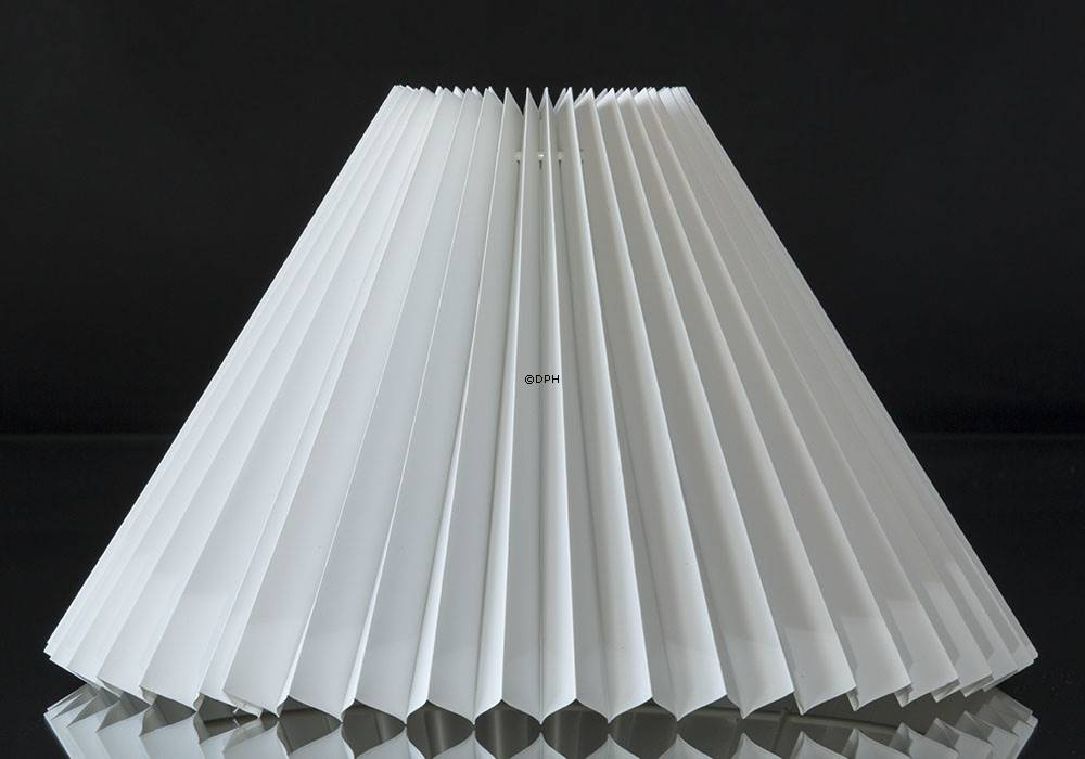 Pleated lamp shade of white pvc plastic, sidelength 23cm
