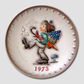 Hummel Year plate 1973 with boy wandering with umbrella