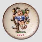 Hummel Annual plate 1977 with boy in tree with apples and bird