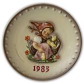 Hummel Annual Plate 1985 with girl with basket full of chickens.