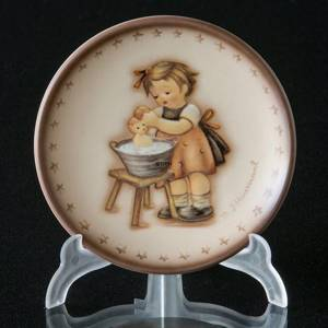 Hummel Annual plaquette 1993 Doll Bath, Miniature Plate | Year 1993 | No. HAPL1993 | DPH Trading