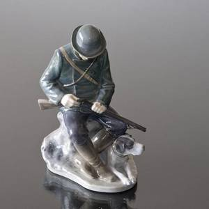Hunter with Dog loading his shotgun, Royal Copenhagen figurine no. 1021084