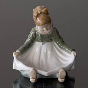 Amager Girl, sitting in regional costume, Royal Copenhagen figurine No. 1315 | No. R1315 | DPH Trading