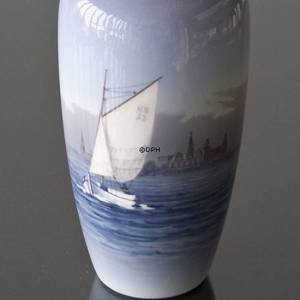 Vase med seascape and sailboat, Royal Copenhagen No. 2609-1049 | No. R2609-1049 | Alt. 1609735 | DPH Trading