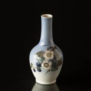 Vase with Blackberry branch with berries, Royal Copenhagen | No. R288-43-5 | Alt. 1288813 | DPH Trading