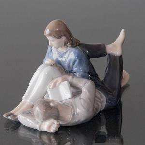 Teenagers reading closely together, Royal Copenhagen figurine No. 4649 | No. R4649 | DPH Trading