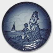 1989 Royal Copenhagen Mother and Child plate, happiness
