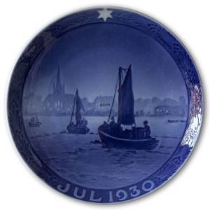 Fishing vessels on their way 