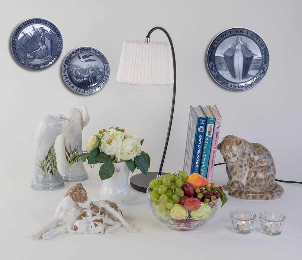 Wall decoration with royal plates