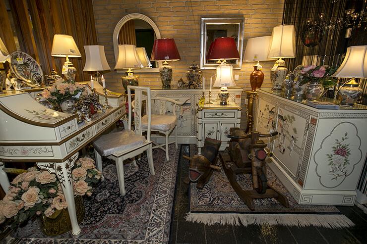 Chinesische Möbel und Lampen