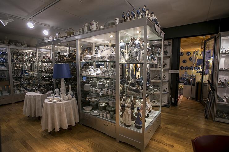 Porzellanfiguren und Geschirr