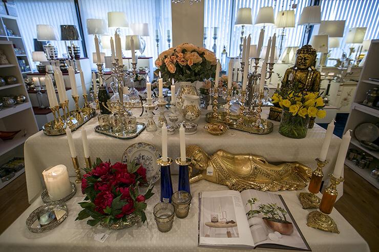 Kerzenständer und Buddhas