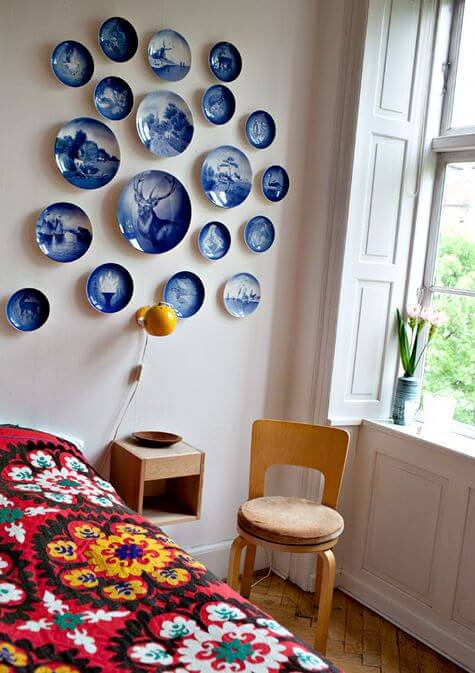 Wall decoration with plates in the bedroom