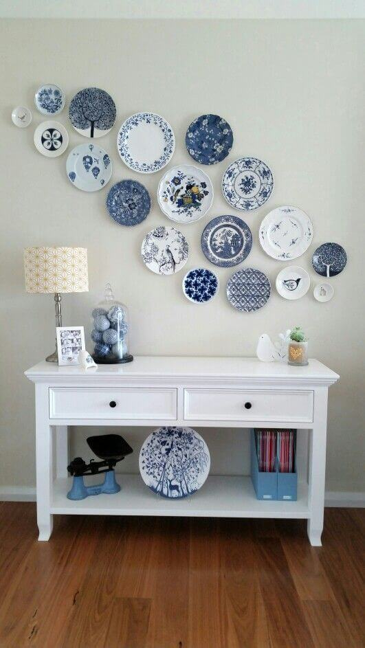 Wall decoration with plates