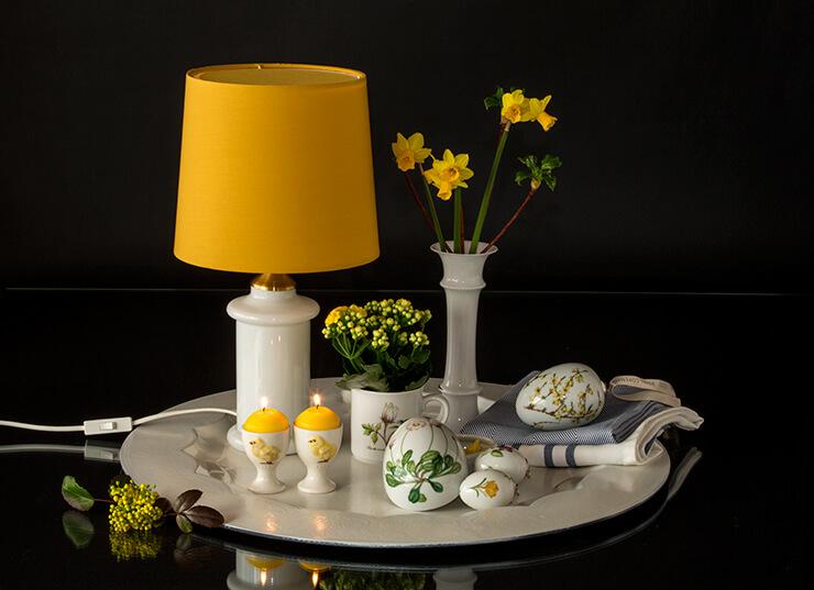 Ostereier und Eierbecher