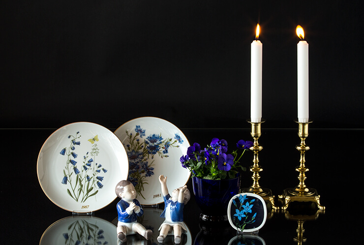 Mini platte with blue flowers together with plates and figurines