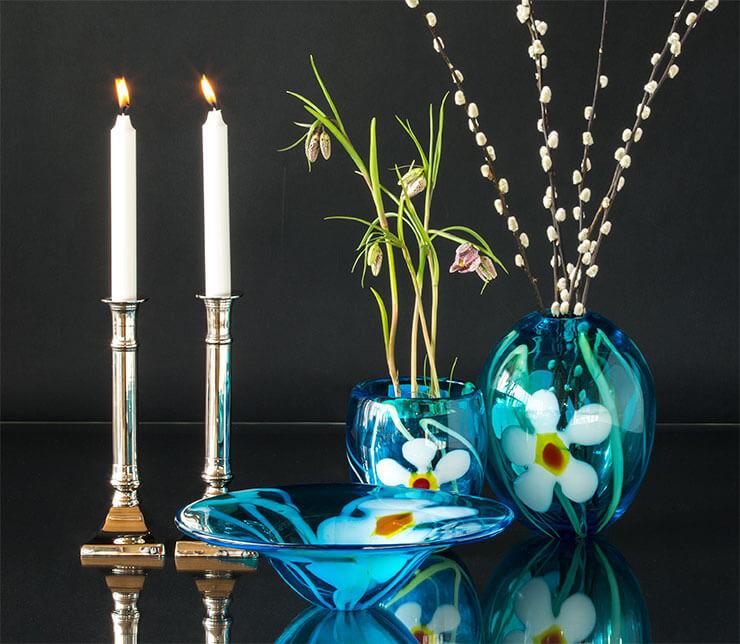 Glaskunst fade og vaser sammen med lysestager